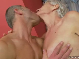 Mummi enjoys ilkeä seksi kanssa nuori mies