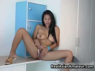 Grande boobed asiatico hottie stuffing suo