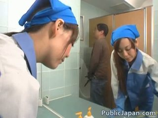 Asiatiskapojke executive flicka körd i en offentlig tåg fria video-