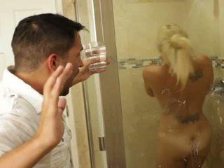 Ginintuan ang buhok magaling beyb charlee chase loves pakikipagtalik sa loob bathrooms