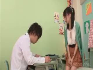Excitat asiatic invatatoare seducing o școală baiat în sala de clasa