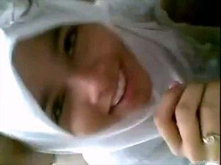 Pekné indonézske dievča gives fajčenie