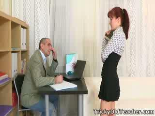 Stefany finds έξω ότι ένας τρόπος να πάρει σας homework done επί χρόνος είναι να γαμώ ο δάσκαλος