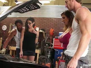 巨乳 hotties dava & sara 他媽的 該 mechanics