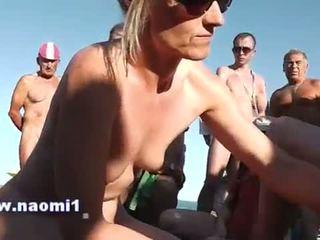 Memainkan kontol dengan tangan mengisap penis masyarakat pantai