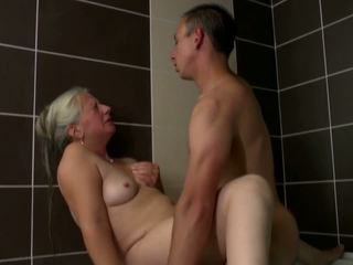 Γριά μαμά takes νέος καβλί σε μπάνιο, hd πορνό 2e