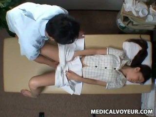 Spycam reluctant 아내 seduced 로 masseur