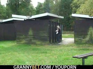 Blondine oma gets screwed door een stranger