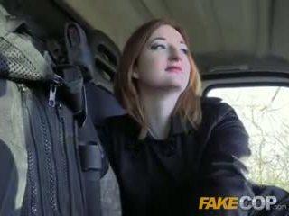 Fake полицай горещ ginger gets прецака в cops van