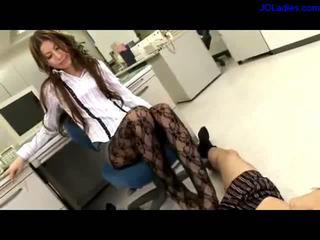 Văn phòng phụ nữ trong panthose getting cô ấy ngón chân sucked giving chânnghề trong khi sitting trên các ghế trong các văn phòng