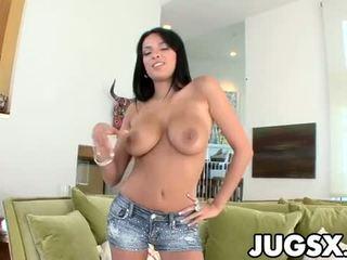 Anissa kate est la le plus chaud gros seins fille