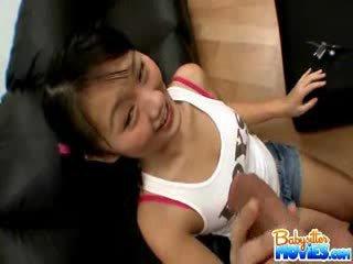 Kısa saç tüylü götten arjantinli evelyn shows kapalı onu anne ve fingers fin