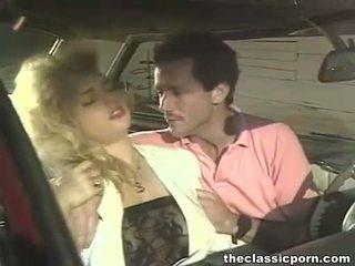 Nebuna futand în the retro masina