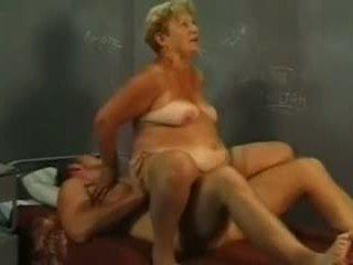 Bà nội và trẻ con gà trống