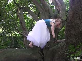 Madison jong masturberen barefoot in de woods