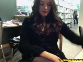 Stor titty babe masturbates i offentlig bibliotek