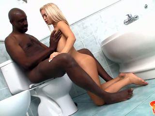 Jung blond mit klein tölpel gets banged von schwarz schwanz im badezimmer
