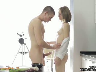 Gorące nastolatka laska ssanie i pieprzenie w jej kuchnia z sperma