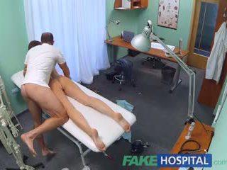 Fakehospital збуджена студент gets a добре трахання від лікар