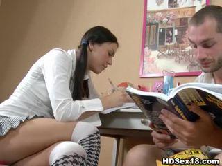 Muda si rambut coklat turns studying ke dalam panas seks
