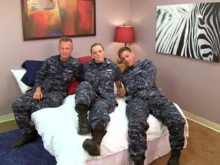 جنسي navy فتاة fucks لها sailors