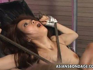 Азиатци робство: tied нагоре азиатки penetrated с чукане машини