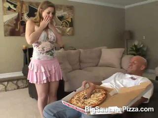 Comel si rambut coklat doing menghisap zakar dan titsjob untuk piza guy dengan piza pada