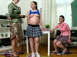 Těhotná studentská a ji přítel dostat taught lesbička hry podle jejich nezbedný starý učitel