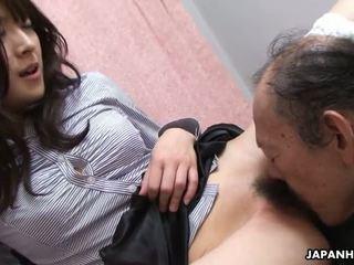 Senas vyras yra eating kad šlapias plaukuotas paauglys putė į viršų