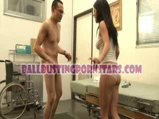 Tessa taylor fågelunge utomhus nudism ballbusting med den perverted medic