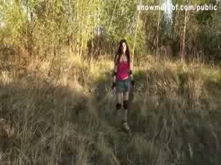 Cutie sarkans vadītājs skater meitene ar a ciešas dibens picked augšup par sekss