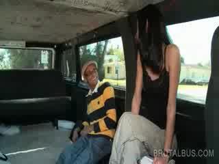 Mince brunette amateur chevauchée la bus pour une hardcore baise