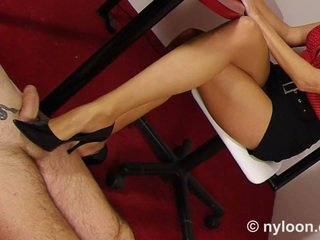 Neilons pantyhosed sekretāre gives shoejob un footjob