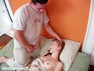 Śpiące sister fucked przez lustful brat