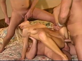 Blondýna sluut takes tri cocks