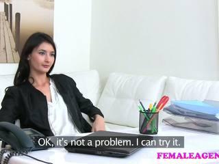 Femaleagent agent fucks seksi onani model dengan besar penis buatan