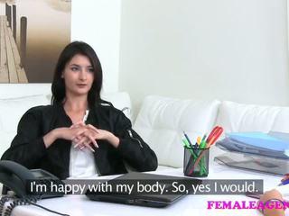 Femaleagent agent fucks kuuma masturboimassa malli kanssa iso dildoja