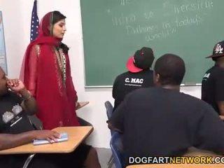 Nadia ali learns untuk menangani sebuah bunch dari hitam cocks