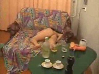 Guys andare troppo lontano con ubriaco università ragazza video