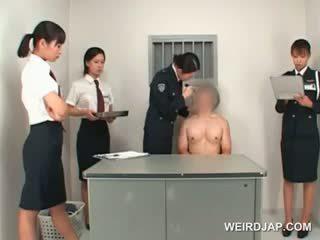 Asiatisk politiet kvinne toying male stram rumpe på en bord