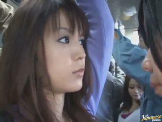 Poshtë fundit e shtënë i një e lezetshme kineze në një crowded autobuz