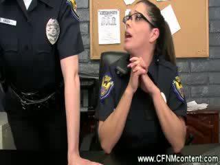 The poliisi frisk niitä varten karkea dongs kohteeseen imaista päällä at the asema