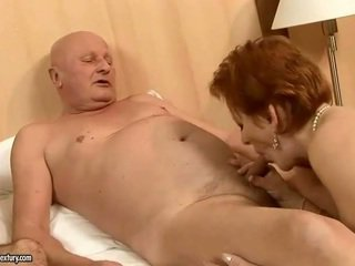 Two mamies baise two cocks