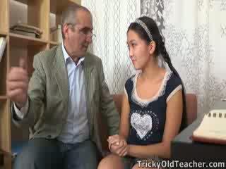 Tricky стар perv учител persuades азиатки cutie към смуча негов хуй