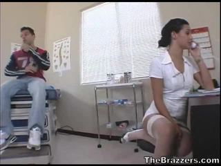Secy ممرضة treats لها المريض