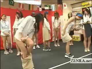 Japan employees spielen ein spiel mit eier und strumpfhose