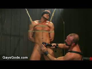 Tied jusqu'à et yeux bandés gay gets son bite vibed