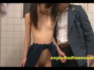 Jav giovanissima studentessa beccato in toilette da vecchio guard e scopata
