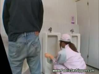 Offentlig blowjob i den mens toalett