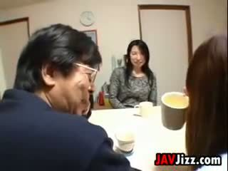 Japans milf masturberen bij de tafel